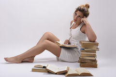 La muchacha piensa en un she& x27 del libro; VE leída Fotos de archivo libres de regalías
