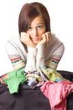 La muchacha pila de discos la ropa en maleta Foto de archivo libre de regalías