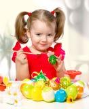 La muchacha pinta los huevos Foto de archivo libre de regalías