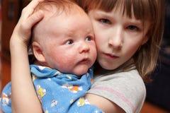 La muchacha pitied a su hermano fotografía de archivo libre de regalías