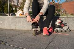 La muchacha pone pcteres de ruedas en el parque Imágenes de archivo libres de regalías