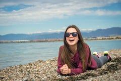 La muchacha por el mar Fotografía de archivo