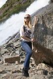 La muchacha por la roca fotos de archivo