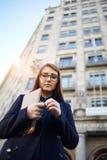 La muchacha preciosa hermosa se está colocando en pensamiento Fotografía de archivo