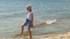 La muchacha preescolar camina por el río en un día de verano almacen de video