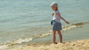 La muchacha preescolar camina por el r?o en un d?a de verano metrajes