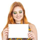 La muchacha presenta el contenido público Tarjeta de visita en blanco Gir Redheaded Imagenes de archivo