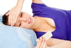 La muchacha puesta en la cama, fríos Fotografía de archivo libre de regalías