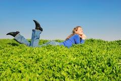 La muchacha puesta en una hierba Imagen de archivo