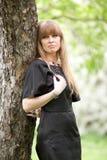 La muchacha que abraza un árbol Fotos de archivo