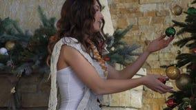 La muchacha que adorna el árbol de navidad metrajes