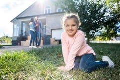 la muchacha que asistía garded de nueva casa mientras que abarcamiento de los padres Imágenes de archivo libres de regalías