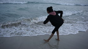 La muchacha que baila Moana al mar hermoso agita en Menorca Imagen de archivo libre de regalías