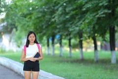 La muchacha que camina en el parque es paso Imagen de archivo libre de regalías