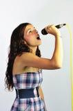 La muchacha que canta, dirige inclinado detrás Fotos de archivo
