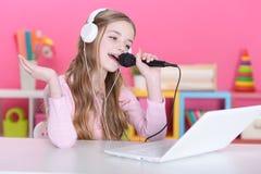 La muchacha que canta en un micrófono Imágenes de archivo libres de regalías
