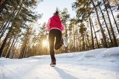 La muchacha que corre en parque del invierno Foto de archivo libre de regalías