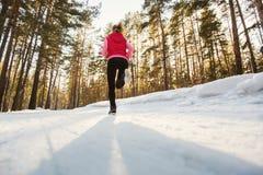 La muchacha que corre en parque del invierno Fotografía de archivo