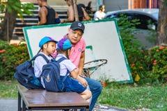 La muchacha que habla con mi padre antes de escuela en el parque de BangYai imagenes de archivo