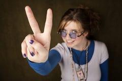 La muchacha que hace las paces canta Imagen de archivo