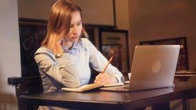 La muchacha que hace notas antes del ordenador Retrato 4K metrajes
