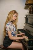 La muchacha que juega el piano Imágenes de archivo libres de regalías