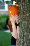 La muchacha que juega la piel y va búsqueda Fotos de archivo libres de regalías