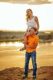 La muchacha que lleva del hombre encendido lleva a cuestas Foto de archivo