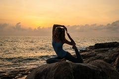 La muchacha que medita en una piedra Foto de archivo libre de regalías