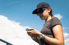La muchacha que mira el teléfono Fotos de archivo libres de regalías