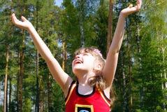 La muchacha que mira hacia arriba Fotografía de archivo libre de regalías