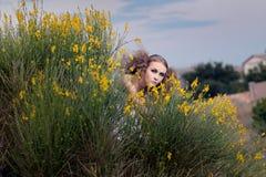 La muchacha que mira hacia fuera Fotografía de archivo libre de regalías