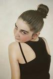 La muchacha que mira sobre su hombro Foto de archivo libre de regalías