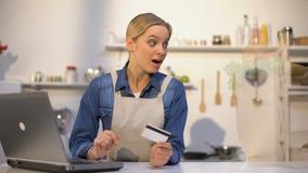 La muchacha que paga los ultramarinos con la tarjeta de crédito en línea y la comida aparece inmediatamente metrajes