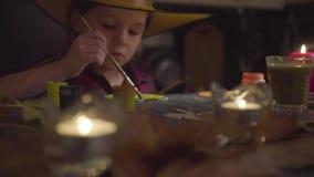 La muchacha que pinta la calabaza Preparación para la celebración de Halloween metrajes