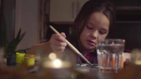 La muchacha que pinta el palo Preparación para la celebración de Halloween almacen de metraje de vídeo