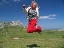 La muchacha que salta arriba foto de archivo libre de regalías
