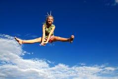 La muchacha que salta arriba en aire Fotos de archivo