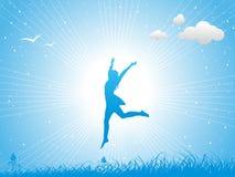 La muchacha que salta contra el cielo azul Fotografía de archivo