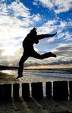 La muchacha que salta en cortacircuítos de onda Fotografía de archivo