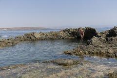 La muchacha que salta en el agua Foto de archivo