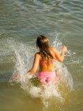 La muchacha que salta en el río Foto de archivo libre de regalías