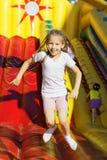 La muchacha que salta en el trampolín Imagen de archivo
