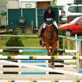 La muchacha que salta en un caballo Imagenes de archivo