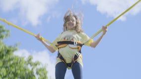 La muchacha que salta en un trampolín metrajes