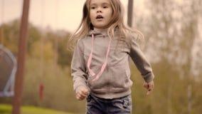 La muchacha que salta en un trampolín almacen de metraje de vídeo
