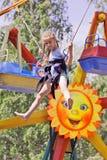 La muchacha que salta en un trampolín del canguro en el parque de atracciones Imágenes de archivo libres de regalías