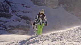 La muchacha que salta en una snowboard Suiza almacen de metraje de vídeo