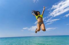 La muchacha que salta horizonte por encima de la superficie foto de archivo libre de regalías