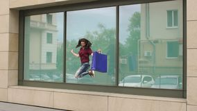 La muchacha que salta para la alegría con el panier a disposición almacen de metraje de vídeo